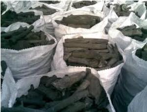 Рабочие выжигание древесного угля